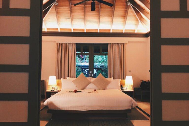 Review JA Manafaru Maldives 1 Bedroom Beach Suite Villa Blick ins Schlafzimmer