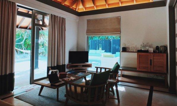 Review JA Manafaru Maldives 1 Bedroom Beach Suite Wohnbereich