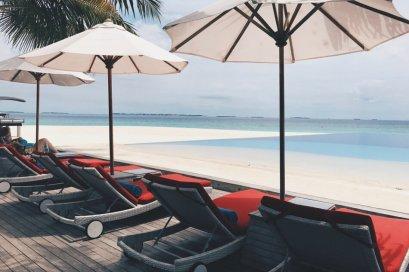 Review JA Manafaru Maldives Infinity Pool Liegen 2