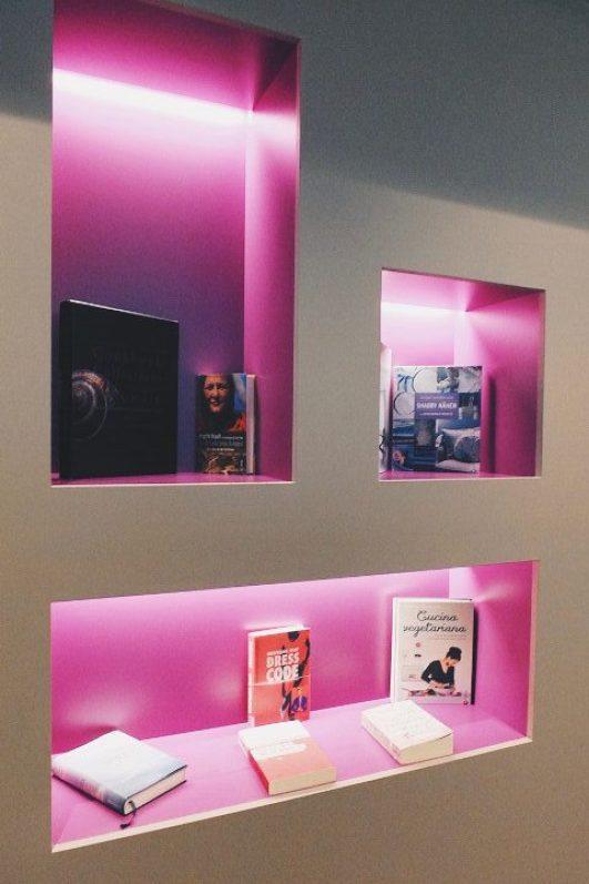 Hotel FourSide Braunschweig Bibliothek Regal pink