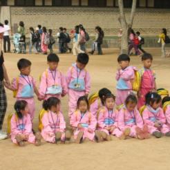 תלמידי בית ספר בפארק הפולקלור, מחוץ לסיאול