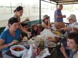 ארוחת בוקר בכניסה למסלול השביל התלוי בבניאס