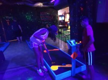 אטרקציות לילדים בפראג - מיני גולף בחשיכה בפראג