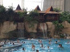 חדרי המלון בסגנון הפסיפיק על גדות הבריכה הגדולה בפארק המים טרופיקל איילנדס