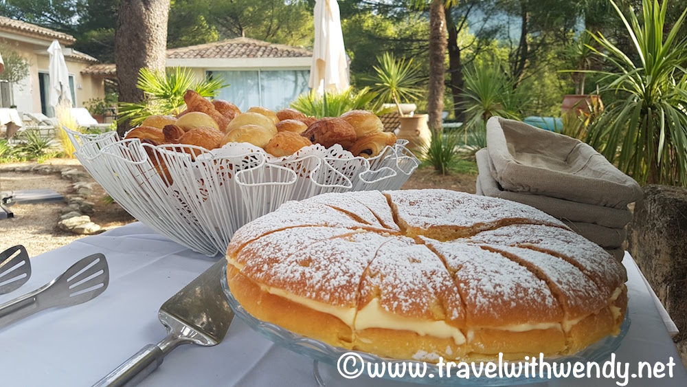 Vaugines - breakfast in the morning - Tropezienne