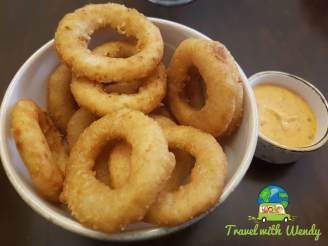 Onion rings with sauce