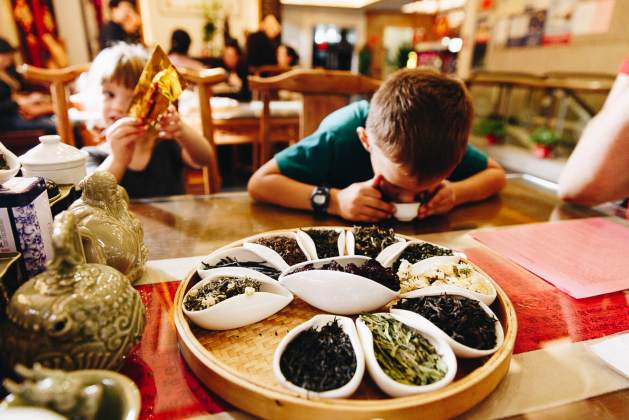 children eating Chinese food