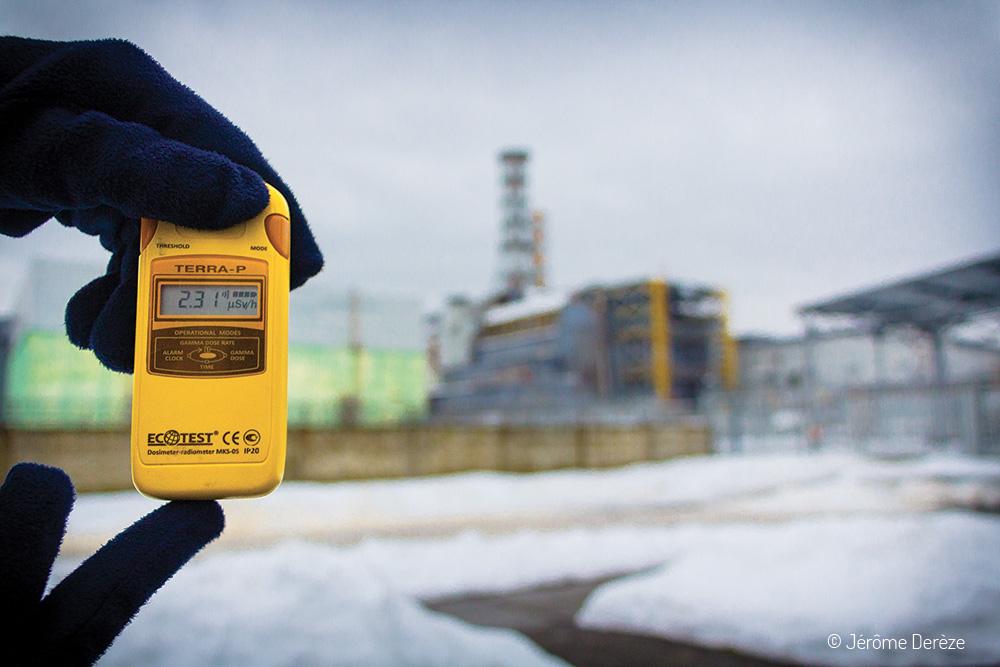Compteur Geiger devant le réacteur n°4 de Tchernobyl