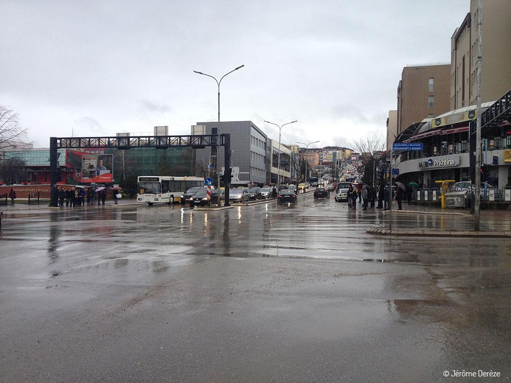 Rue de Pristina au Kosovo