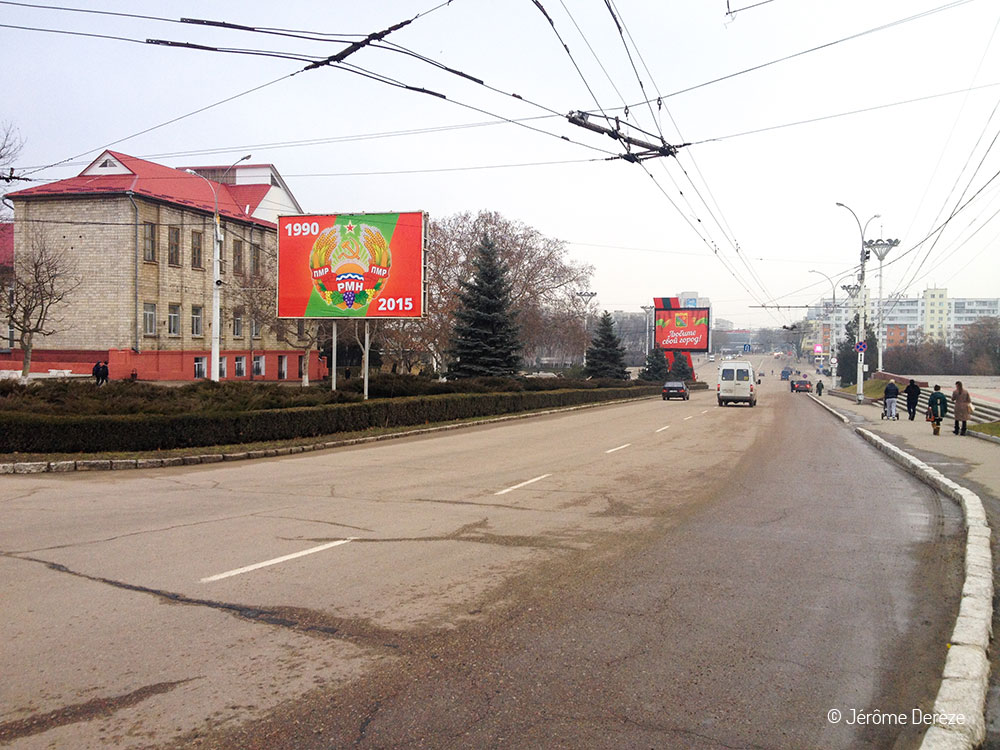 Rue avec un panneau célébrant l'indépendance de la Transnistrie