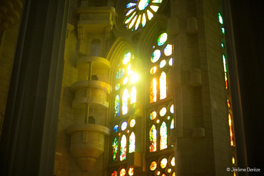 Lumière dans les vitraux de la Sagrada Familia