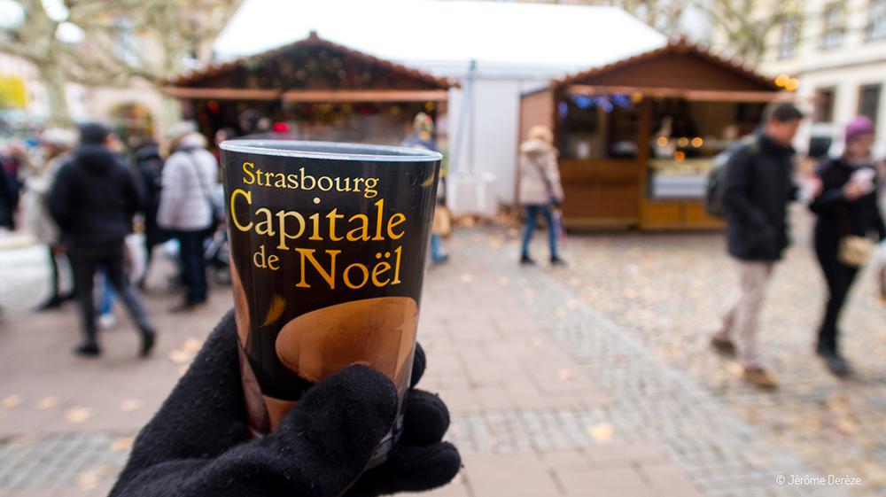 Boire un vin chaud au marché de noël de Strasbourg