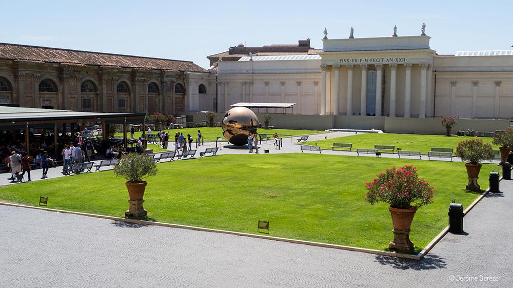une cour aux Musées du Vatican