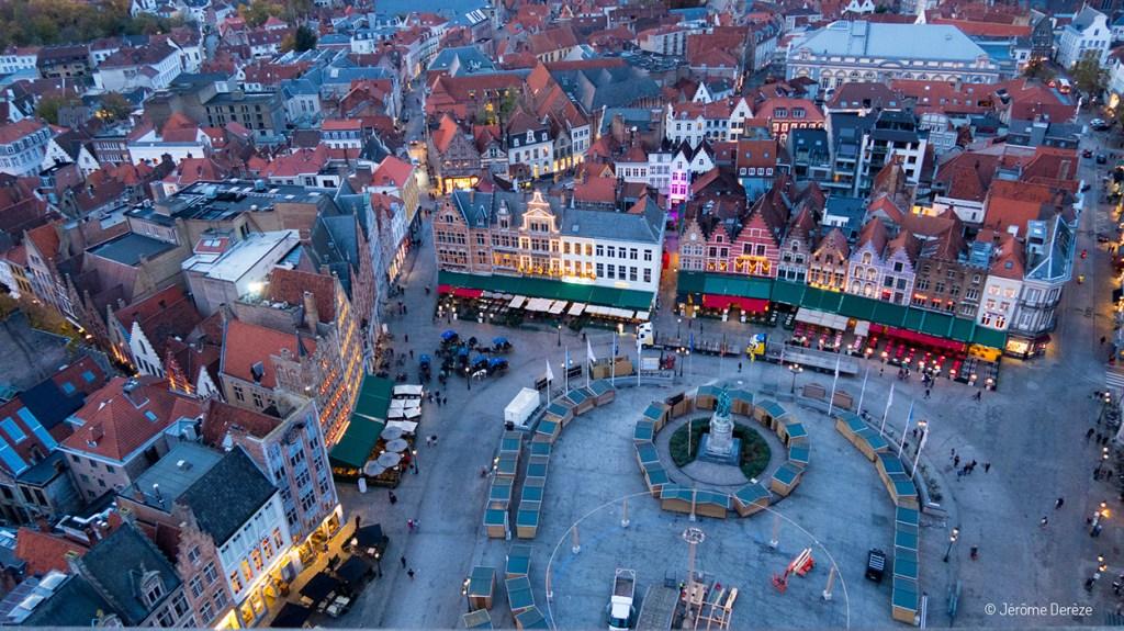 Vue sur la Place du marché de Bruges depuis le beffroi