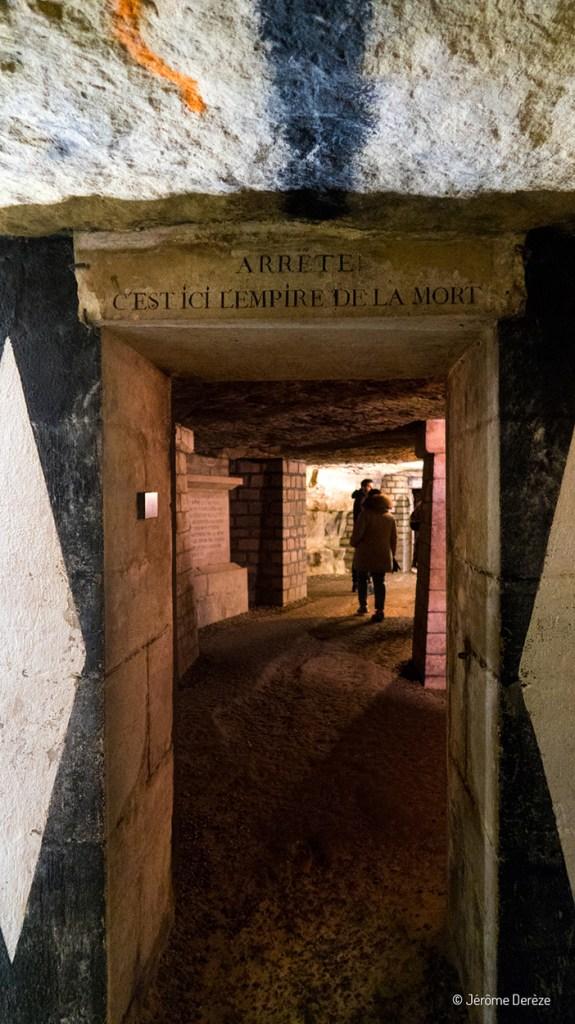"""Texte dans les catacombes """"Arrête c'est ici l'empire de la mort"""""""