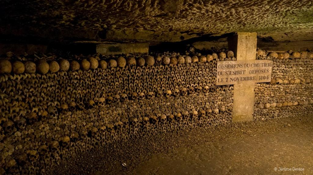 Crânes et ossements dans les catacombes parisiens