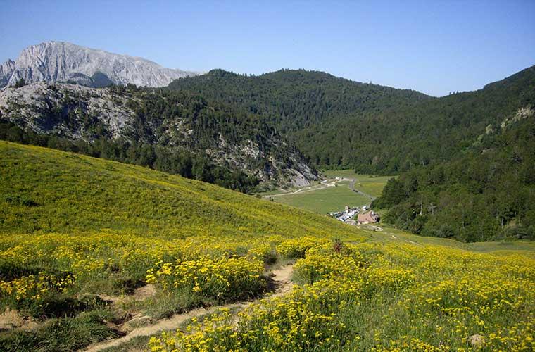Refugio de Linza con el monte Ezkaurre al fondo