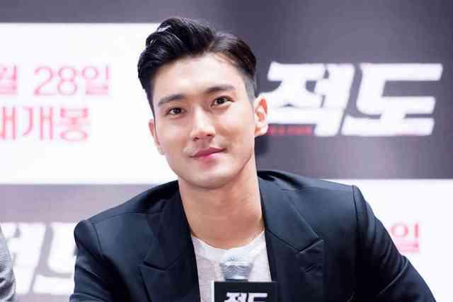 gantengnya senyuman manis siwon mengenakan jas hitam 750x500 - Fakta & Profil Lengkap Choi Siwon Suju