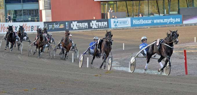 Magiccarpertride med Erik dielsson på vej mod sejren i Silverdivisionen. Kanal 75
