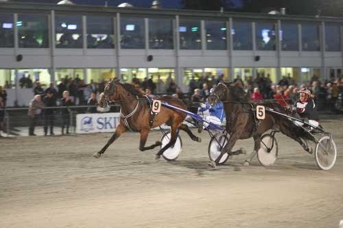 Med 9 Trophygirl vinder Marc Bæk Nielsen sidste afdeling i DM for jockeys og sikrer sig dermed også sejren mesterskabet, Foto Flemming Andersen
