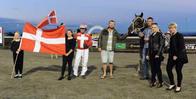 Både Birgitte og Mischelle Mønster var med til at stråle omkap med Knud efter sejren. Foto Gerard Fprni