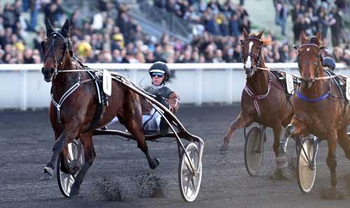 Forbi tribunen første gang er Call me Keeper med Kihlström i spids, mens Lionel med Franck Nivard ligger i dødens. Foto Gerard Forni