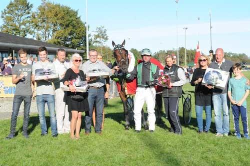 Glade ejere efter Winston Sisa sejr i Aalborg Store Pris. Foto Ole Hindby