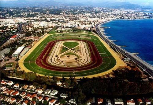 Hippodrome de la Côte d'Azur, der er banens officielle navn, ligger smukt ud til Middelhavet.