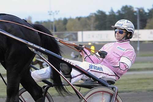 I oktoer måned kører Erik Adielsson i rosa dragt. Foto Kanal 75