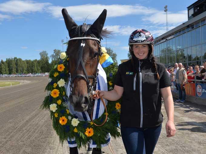 Den nybagte verdensrekorder Timbal med sin staldpige Charlotte Abdersson, Foto Kabal 75