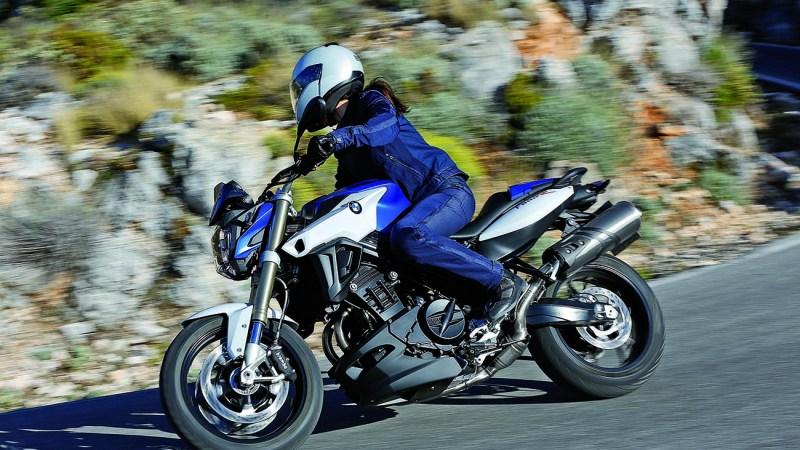 Wer von den Möglichkeiten der Führerschein-A2-Neuregelung gehört hat und nach einem Fahrschulbesuch eine Fahrlizenz erworben hat und mit einem neuen 48-PS-Sportler, -Cruiser oder Klassiker fahren möchte, benötigt als Ganzjahresfahrer Tipps, Strategien und das passende Motorrad. Foto BMW/TRD mobil