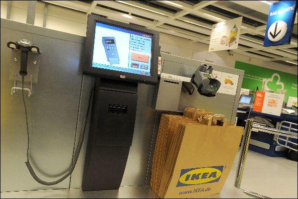 Da bei den elektronischen SB-Kassen der menschliche Kontrollfaktor entfällt, übernehmen größtenteils Überwachungskameras die Aufsicht