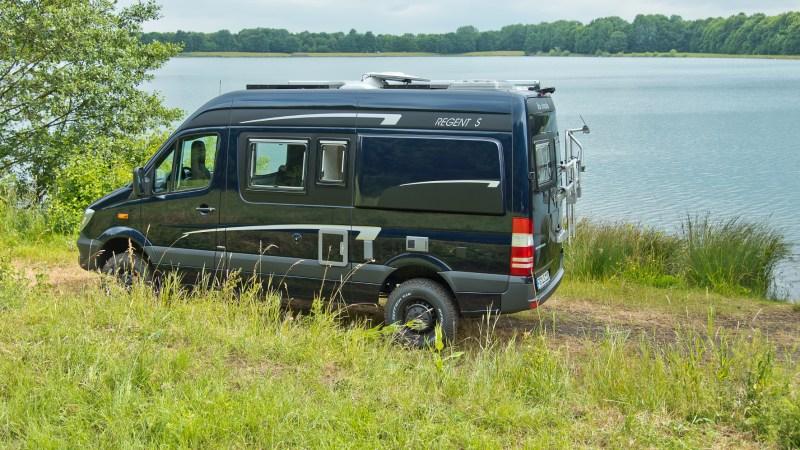 Reisemobil vor einem See