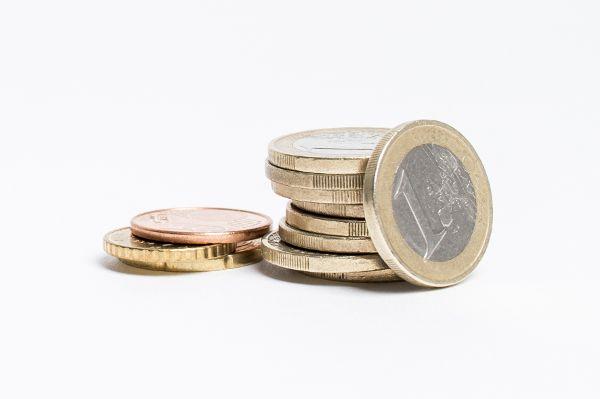 Euromünzen vor weißem Hintergrund.