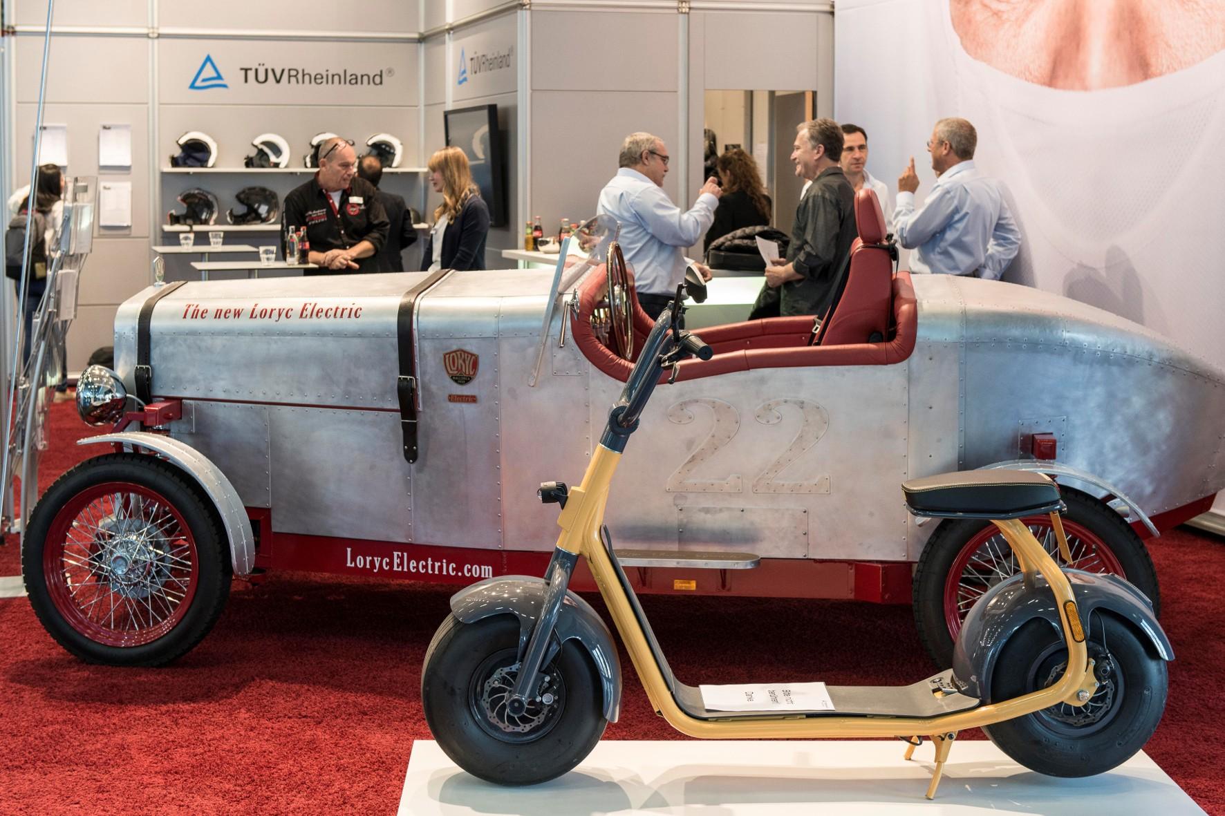 Oldtimer-Outfit: E-Motorrad mit vier Rädern