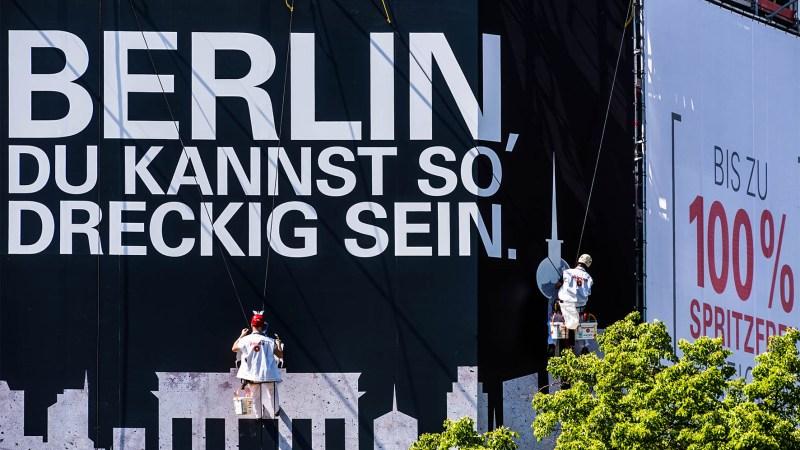 Riesenposter-Inszenierung macht Farbe zum Hauptstadt-Gespräch