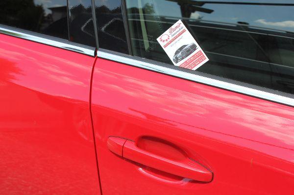 Wenn Autokauf-Kärtchen am Auto stecken