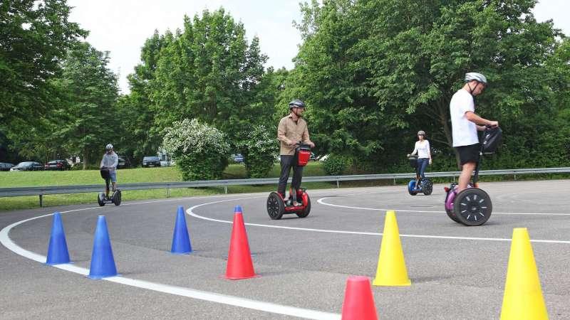 Die selbstbalancierenden zweirädrigen Gefährte können mit Zubehör zum Transport von Waren erweitert werden. © Hochschule Heilbronn / TRD Zweirad