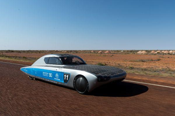 Studenten testen Elektroauto in Australien