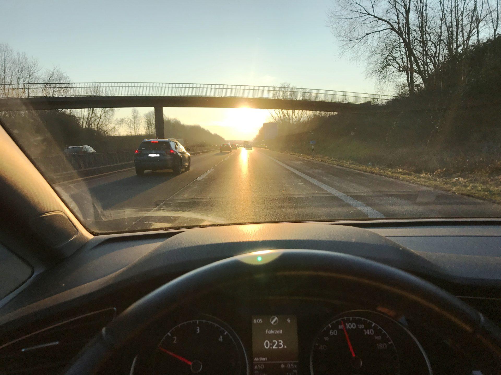 Tiefstehende Sonne sorgt beim Fahren für Stress