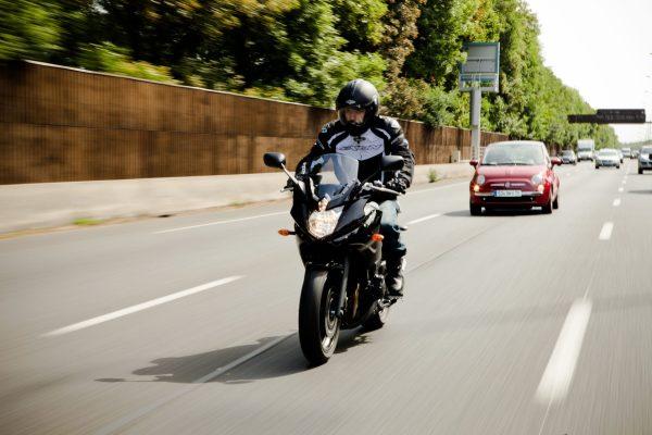 Besonders bei älteren Bikern besteht bei Dämmerung, ein höherer Lichtbedarf. Foto: Philips/TRD Auto und Zweirad