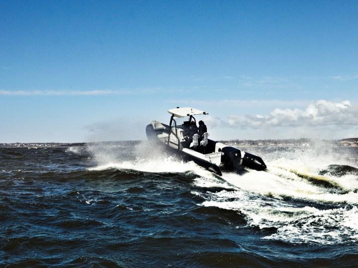 Ein Boot auf dem Meer.