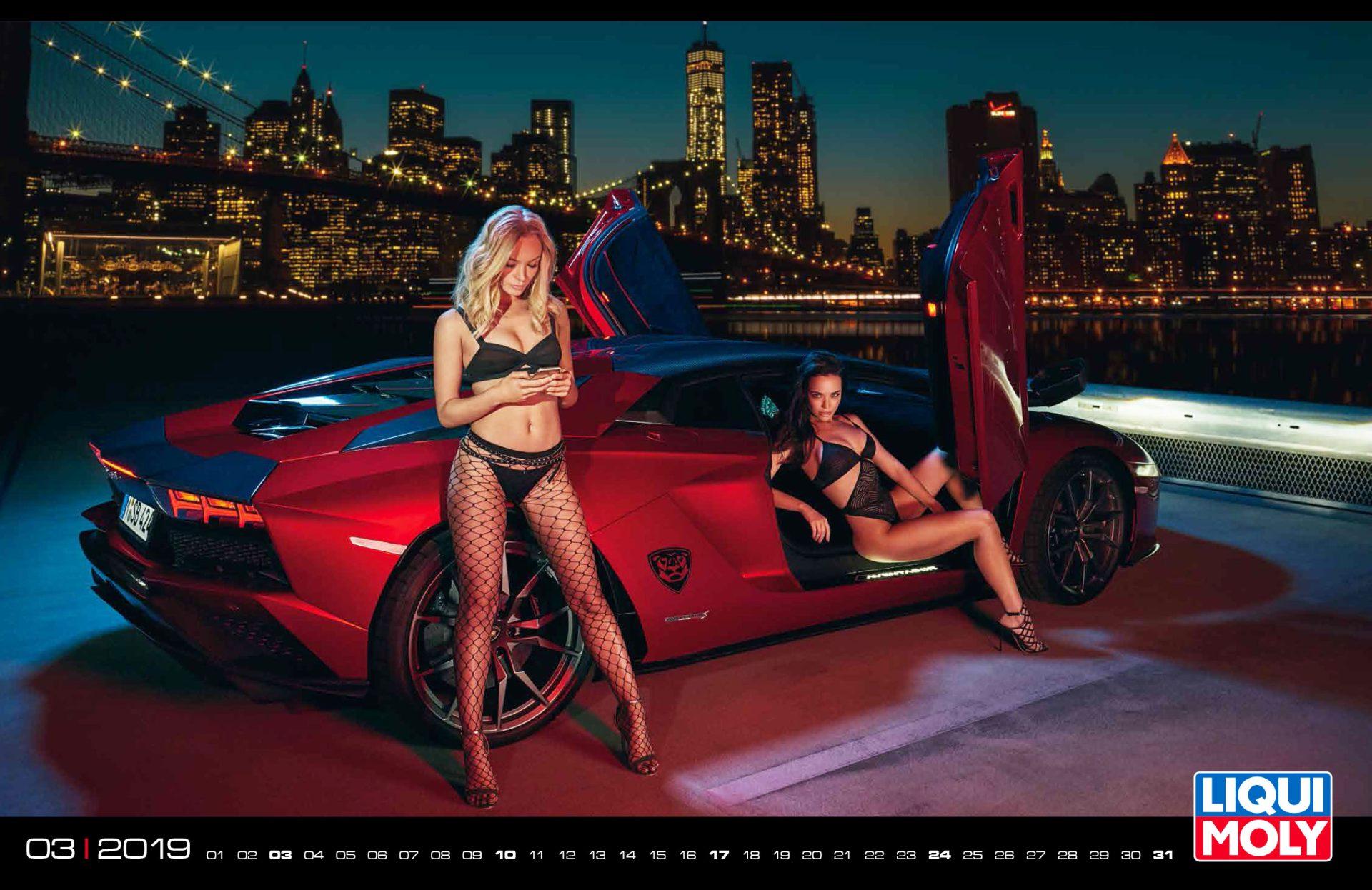 Schöne Frauen und exklusive Sportwagen in Szene gesetzt