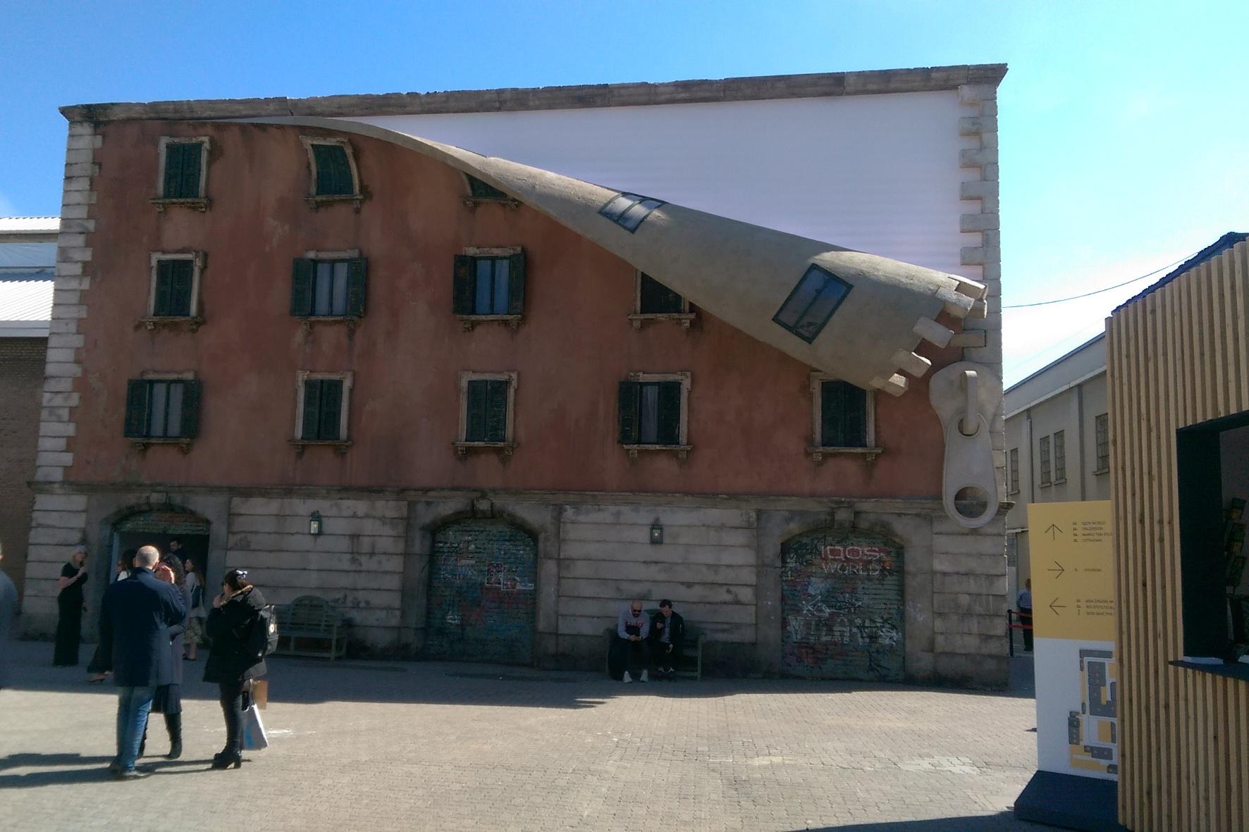 Auto-Design über den Dächern von Nizza