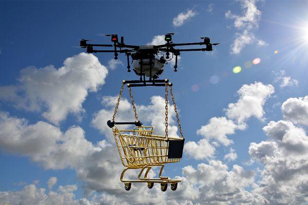 Drohne zieht Einkaufswagen in die Luft