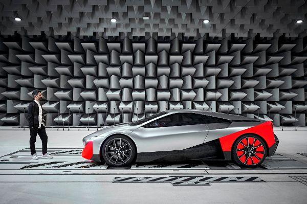 """BMW-Sound-Designer Renzo Vitale und der BMW """"Vision M Next"""" im Freifeldraum. © BMW/ TRD mobil"""