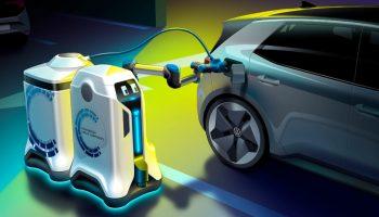 """Wie von Geisterhand: Lade-Roboter der Abteilung """"VW Components"""" versorgen ein E-Fahrzeug mit Strom.© Volkswagen / TRD mobil"""