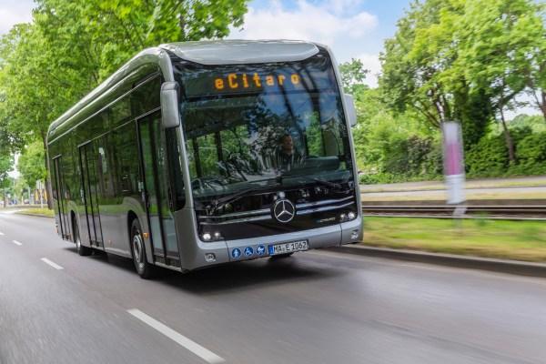 Mercedes Wasserstoffbus auf der Straße.