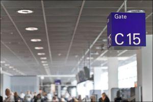Im Flughafen am Gate 15
