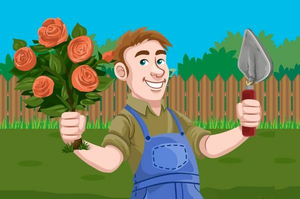 Mann steht mit Rosen und Schaufel in der Hand vor einem Gartenzaun.